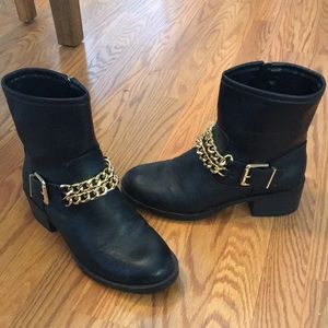 Sam&Libby black boots with gold chain accents.